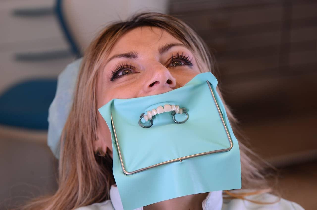 diga di gomma estrarre dente