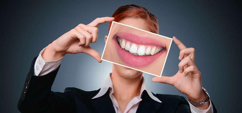 la pulizia dei denti rovina lo smalto