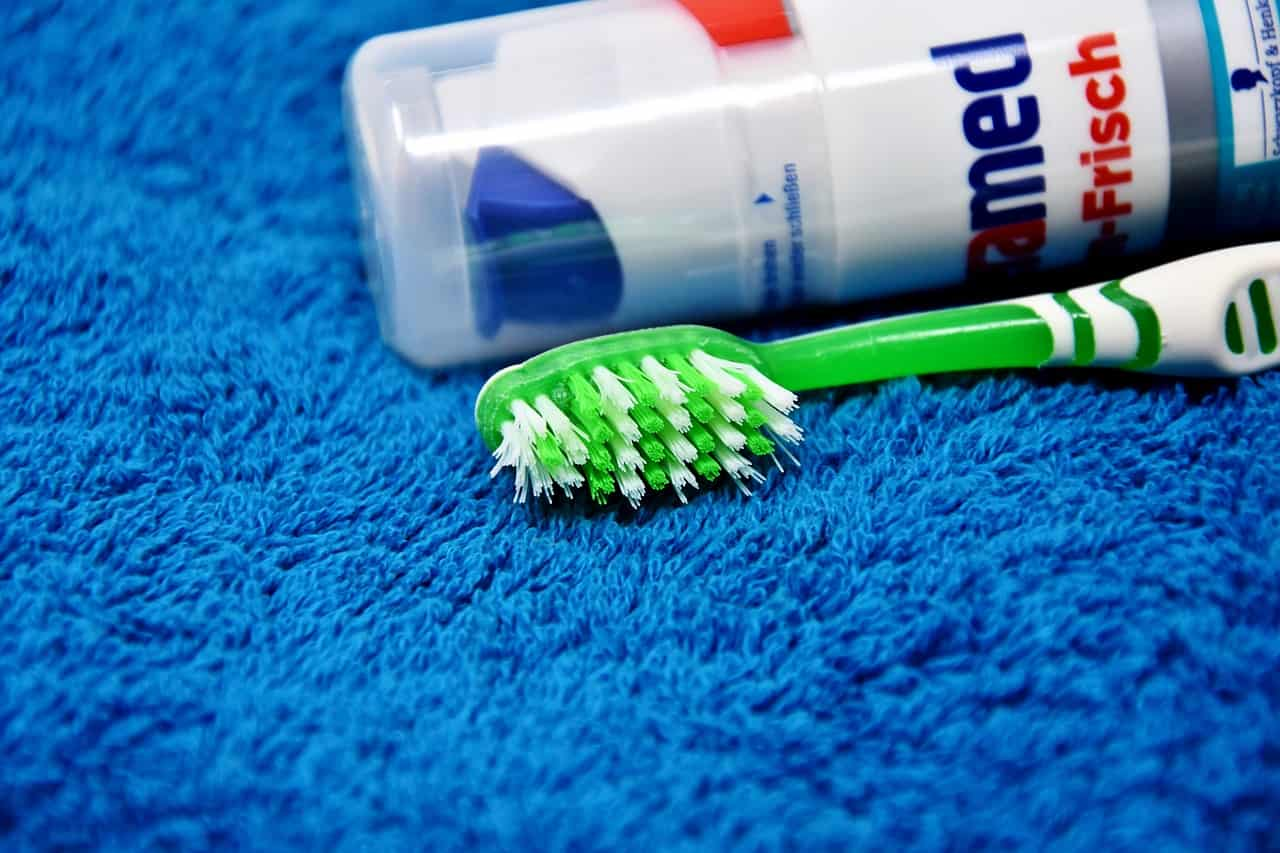 come lavare denti fuori casa